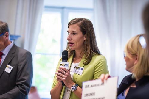 Birgit Masopust spricht in ein Mikrofon und hält einen Vortrag