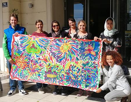 Ein Gruppenfoto der Teilnehmerinnen des Projekts Bee_Com[e]