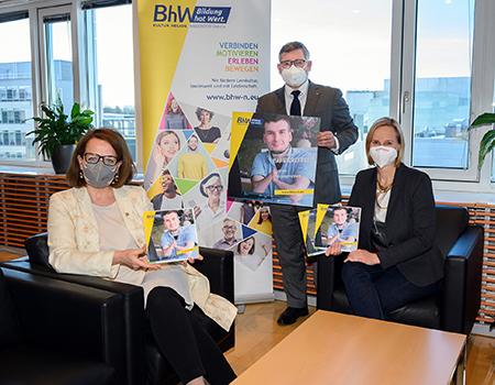 Gruppenfoto mit Landesrätin Christiane Teschl-Hofmeister, Landesrat Ludwig Schleritzko und BhW Geschäftsführerin Therese Reinel die gemeinsam die Broschüre über digitale Barrierefreiheit präsentieren.